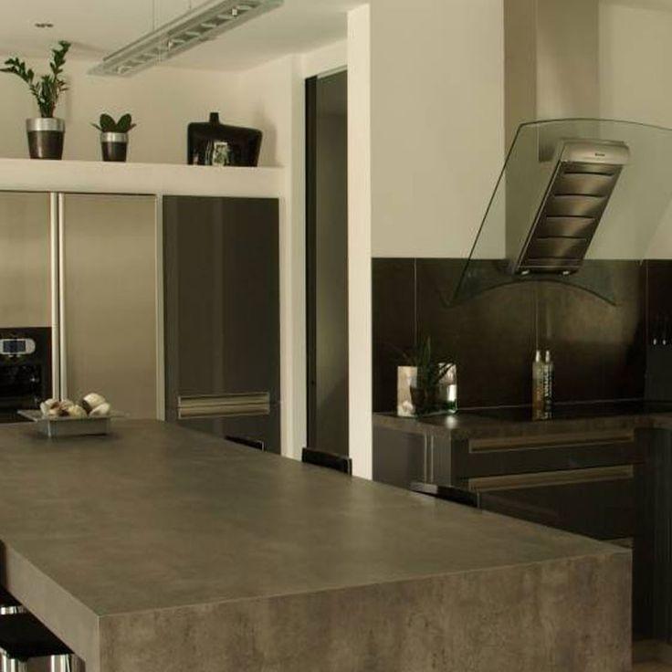 Una tendencia para este 2017 son los topes de cemento en la cocina. Además de ser versátiles e higiénicos, el concreto te permite crear infinitas formas gracias a su maleabilidad, inyectan cualquier color a su mezcla para lucir mucho más llamativo. #Habitat #ExperienciaHabitat  #HabitatVenezuela #Porcelanato #PorcelanatoEspañol #Home #Hogar #style #luxury #design #Diseño #Arquitecto #Brillo #Topesdecemento #cocina #concreto #cemento