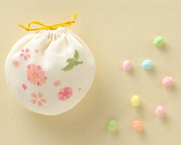 日本の春の柔らかな色の飴。 季節のおやつ 桜に鳥 中川政七商店 #packaging Epinglé par yogafleurdelotus.com