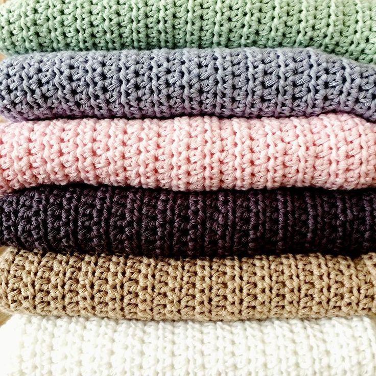 Het werd nachtwerk maar de wiegdekentjes zijn gevoerd. Supermooi en zacht resultaat! Ze zijn te koop in de shop (www.haakvrouw.nl). #haakvrouwbaby #haakvrouw #haken #crochet #crochetcurator #baby #nursery #babykamer #wiegdekentje #wieg #wiegdeken #ikhaakopbestelling #instacrochet by haakvrouw