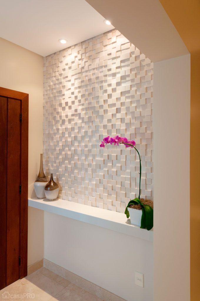 Hall de entrada com textura e cores neutras