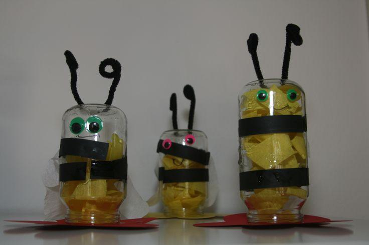 Bijen gemaakt van olvaritpotjes.
