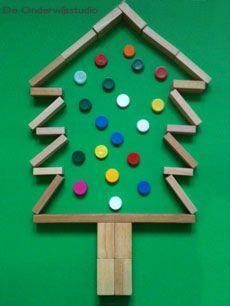 Sapin de Noël fait avec des blocs de bois. Pour les décorations, j'imagine qu'on peut utiliser ce que l'on va trouver en classe.