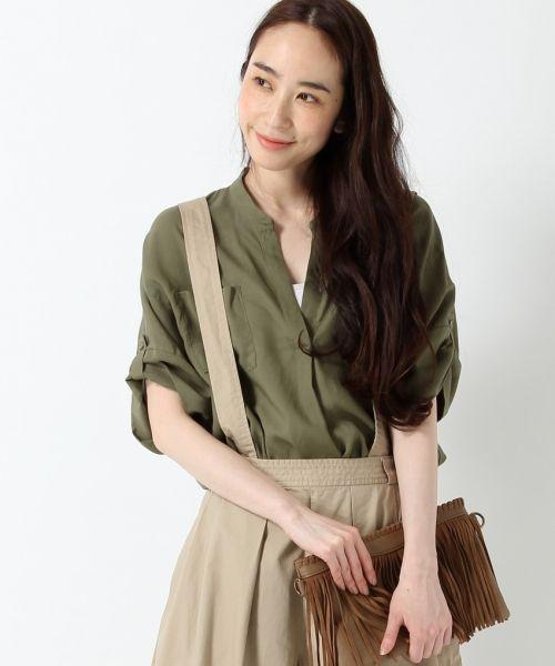 胸ポケットが特徴のサファリシャツを、しなやかで光沢感のある生地で女性らしく仕上げたサファリ半袖シャツ。 つるつるてろてろとした表面感と薄手の素材が大人っぽく、軽やかな着心地も魅力です。肌馴染みの良いアースカラーで合わせやすく、 後ろ下がりの変形シルエットなのでそのまま着ても様になる1枚は、タックインさせて裾をふわりとさせてもステキです。 定番のデニムボトムにはもちろん、リラックス感のあるワイドボトムともバランスの良い着こなしが楽しめます。