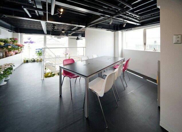 花屋さんの教室。ピンクが好き!アクセントになってる状態のピンクが好き! 店舗デザイン;名古屋 スーパーボギー http://www.bogey.co.jp