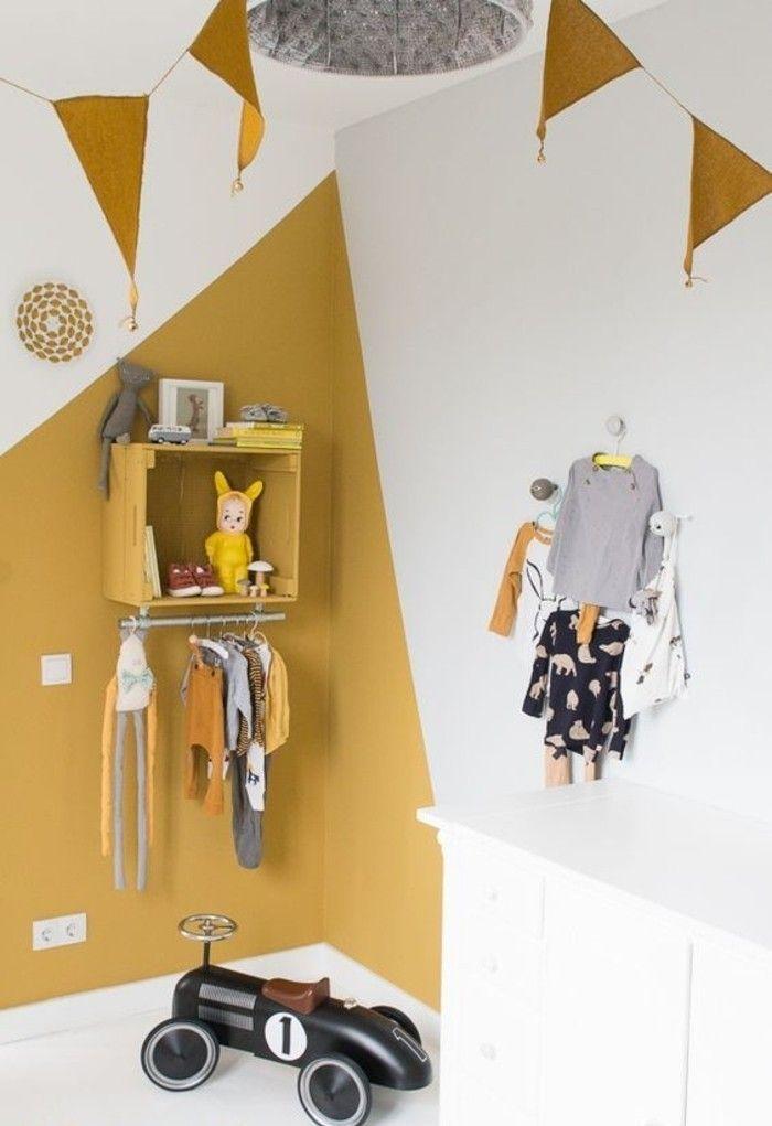 coin d'une chambre d'enfant, peinture jaune moutarde sur une partie des murs