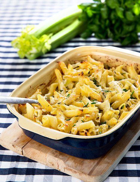 Ve slané vodě uvař v jednom hrnci těstoviny a ve druhém pár minut řapíkatý celer pokrájený na menší kusy.Do misky nastrouhej tvrdý sýr, nadrob plísňový sýr, nakrájej pažitku a petrželku, přidej zakysanou smetanu a osol, opepři a dej prolisovaný česnek. Pak přidej  řapíkatý celer a uvařené těstoviny -promíchej a dej do vymazané zapékací misky spolu se směsí ze sýrů, koření a smetany promíchej s těstovinami a vše nasyp do zapékací mísy. Peč při 150 stupních asi dvacet minut v rozpálené troubě.