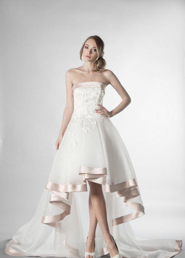 Abito da sposa corto in organza e raso in una nuance di rosa tenue  con un corpino di pizzo a fiori tridimenzionale,