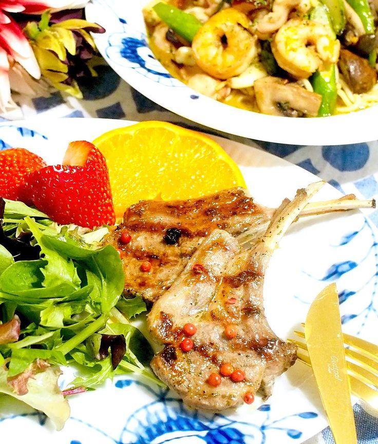 糖質制限116日目Dinner Garlic roasted lamb salad and ajillo of shrimp octopus and moule.  ラムチョップのガーリック焼き リーフサラダ 海老とタコムール貝のアヒージョ  ラム肉ってあまり得意ではないんだけどトレーナーさんがラム肉食べた翌日は必ず体重が減るというあるある伝説を信じて(;; たまーに食べます 昨日名古屋のサポーレという普通より少し高級な感じのスーパーで購入したラムチョップ これがすっごく美味しかった(ロ)  味覚が変わったのか 臭みが全くないし脂がのっていてジューシー 大豆粉に続いてラム肉も克服しました( ᴗ )و   #糖質制限#糖質オフ#糖質制限ダイエット#ローカーボ#食べて痩せる#レコーディングダイエット#lowcarb#MEC#diet#keto#lowcarbhighfat#healthyeating#japanesefood#delistagrammer#royalcopenhagen by miyacoro385
