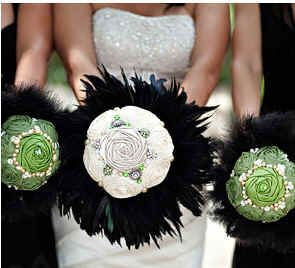 Fabulous bouquet!: Flowers Bouquets, Flowers Feathers, Fabric Flowers, Beautiful Ideas, Rose Bouquet, Flowerless Bouquets, Fabrics Bouquets, Fabrics Flowers, Black Feathers