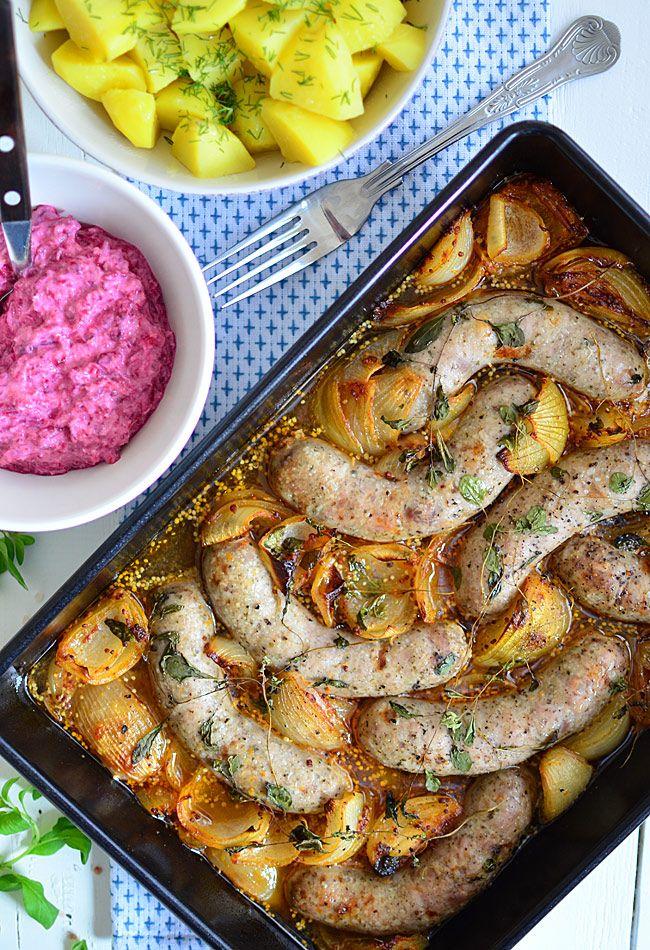 Kiełbasa pieczona z cebulą w pysznym sosie - MniamMniam.pl