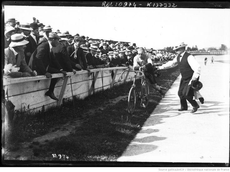 Georges Parent (1885-1918). Campionato di Francia dei 100 km su pista 1910, 17 luglio. Parigi, Parc des Princes. Grande stayer dell'epoca eroica del ciclismo, fu Campione del Mondo nel mezzofondo nel triennio 1909-11 (Copenaghen, Bruxelles e Roma) e di Francia nel 1908-10. Nel 1908 battè il record dell'ora dietro moto con km 80,946. Combattente nella grande guerra, morì in combattimento nell'ottobre 1918, pochi giorni prima dell'armistizio