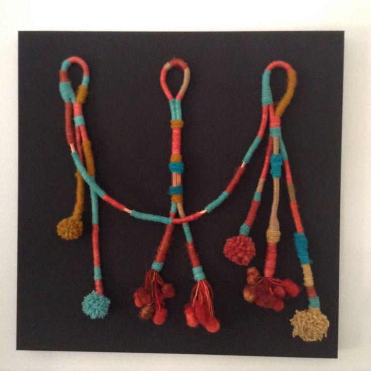 Fiber Art. Cuadro hecho de juego de embarrilados de lanas, cobre y pompones