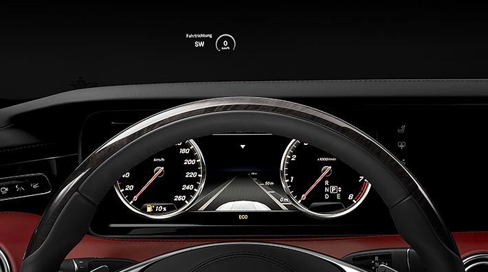 The head-up display informs the driver about speed, speed limits, navigation instructions and driving assistance systems.