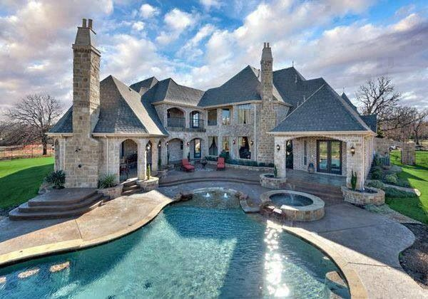 Love this house!! The pool in the front is amazing!! Wish I could live there!