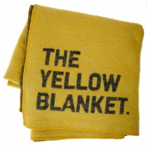 """Kult og originalt pledd fra norske Sögne Home. Dette er laget i 100% ull og er gult på den ene siden og sort på den andre. Det kuleste med hele teppet er den originale teksten """"The Yellow Blanket"""" i det ene hjørnet. Vi elsker det og snakk om å """"state the obvious"""" ;-)  MÅL: 140 x 190 cm"""