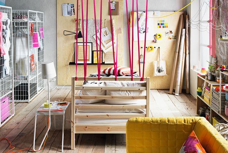 Schlafzimmer eingerichtet u. a. mit TARVA Bettgestell in Kiefer, Kleiderschränken, einem Sofa, Aufbewahrungsmodulen und einem Ablagetisch mit integrierter Leuchte.