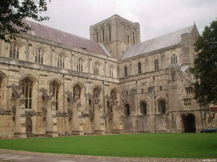 Catedral de Winchester  En toda lista sobre las catedrales del mundo no puede faltar esta. No sólo por ser escenario de numerosos hechos históricos de la familia real británica y la alta sociedad, sino porque pasear alrededor de sus jardines es una buena propuesta para descansar después de una caminata por la ciudad.