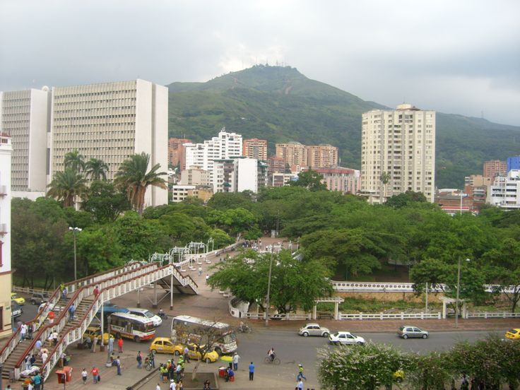 Santiago de #Cali - #ValledelCauca - Colombia - Avenida #Colombia antes de ser demolido el Puente Peatonal. #CaliViejo