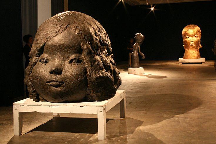 《ルーシー》 2012 © NARA Yoshitomo (手前) / 冒頭は大型のブロンズ彫刻が並ぶ