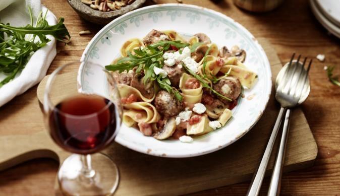 Die Bandnudeln mit der fruchtigen Tomaten-Champignon Sauce bekommen dank Rucola und Feta eine mediterrane Note. Unbedingt mal ausprobieren!