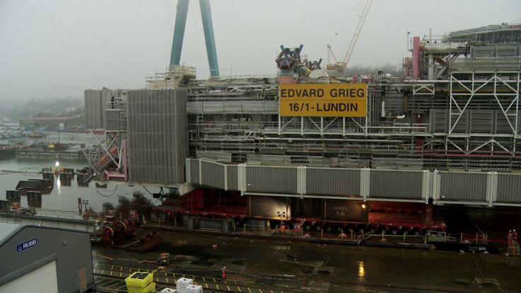 Main deck load out of Edvard Grieg platform at Kvaerner Stord.