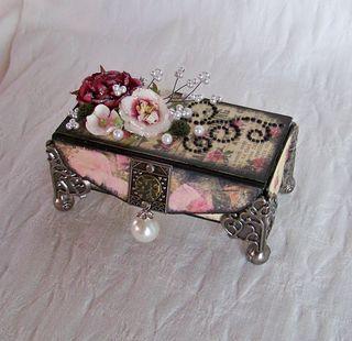 Boite en carton de récupération transformée en coffret à bijoux.