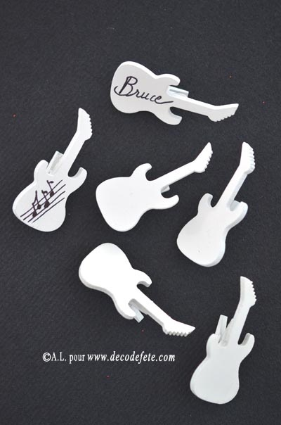 Pour une ambiance plus rock'n'roll, découvrez les petites pinces guitares blanches ou noires ! #marque #place http://www.decodefete.com/pinces-guitare-blanche-p-3472.html
