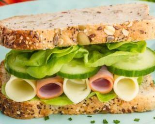Sandwich spécial équilibre aux graines, concombre, gruyère et jambon : http://www.fourchette-et-bikini.fr/recettes/recettes-minceur/sandwich-special-equilibre-aux-graines-concombre-gruyere-et-jambon.html