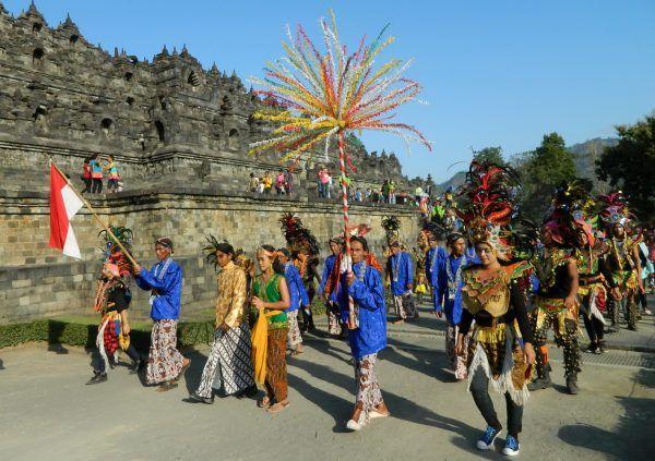 Seratusan grup kesenian rakyat ruwat Borobudur