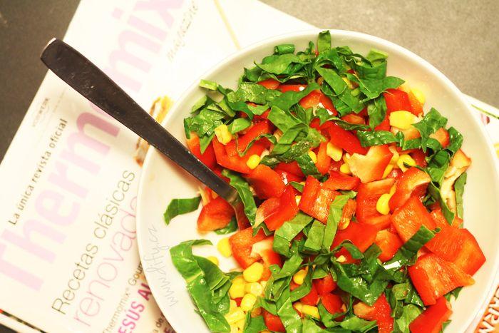 Salát raz dva tři - červená paprika, špenát a kukuřička