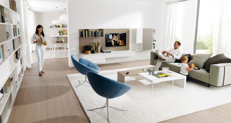 Una composición de estilo joven para vivir la propia casa con toda la familia. El grande librero bifacial Link System, la lineal solución colgante porta tv G45 y Monopoli en grey wood, blanco y silex, la mesita Ring y el sofá Zerocento Zip de Désirée. DÍA