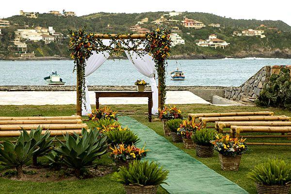 Os noivos deste casamento queriam uma festa aconchegante à beira mar. E nenhum espaço em Búzios se adequou tanto às expectativas do casal quanto a Ferradur