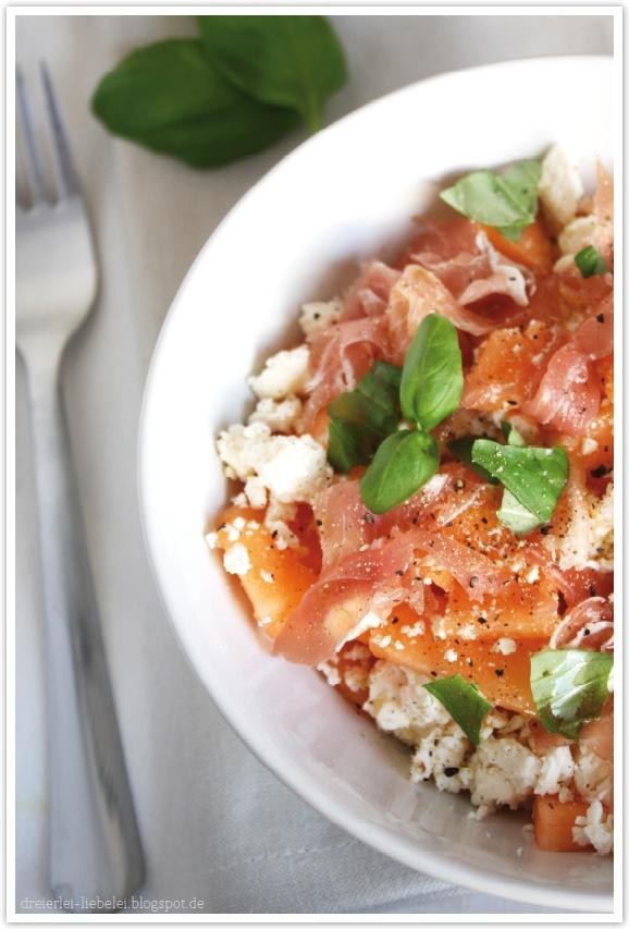 Salat aus leckerer Cantaloupe-Melone, Feta und Parmaschinken – soooo yummie und so erfrischend!
