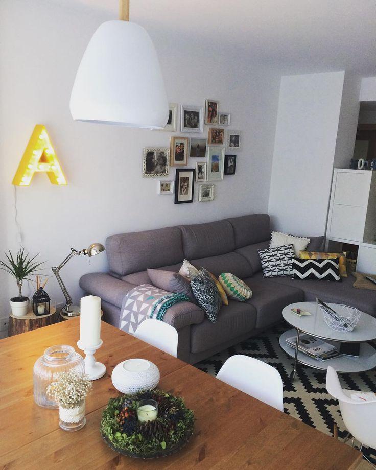 Sal n comedor con letra luminosa en color amarillo sof - Mesitas para salon ...
