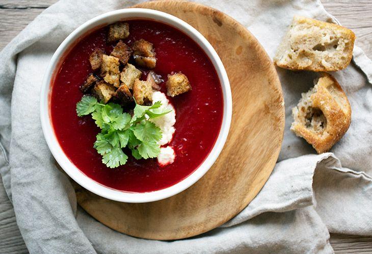 Opskrift på rødbedesuppe som er en smuk og fyldig velsmagende suppe, et stort hit hos både børn og voksne - inspiration og billeder