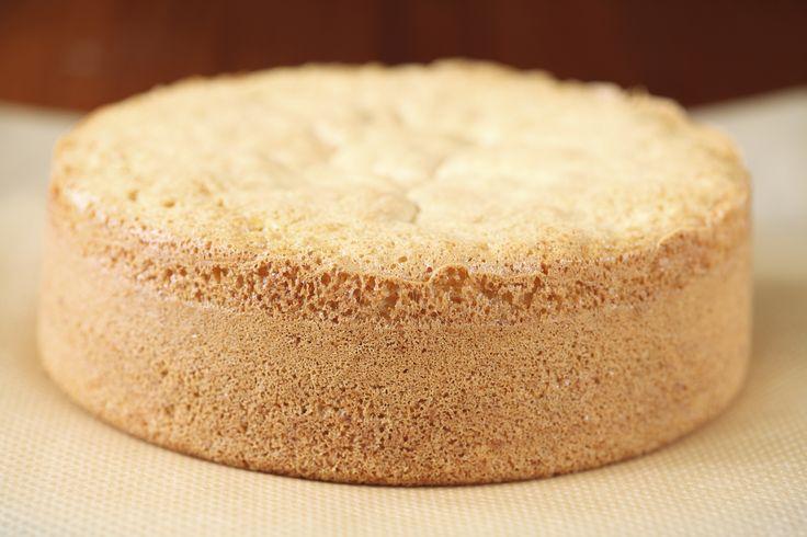 Det tradisjonelle norske sukkerbrødet er en veldig deilig og luftig basis for ekte bløtkaker, og det passer meget godt kombinert med vispet krem og friske bær. Men noen ganger synes jeg det blir for luftig og porøst, og dermed for lite stabilt hvis jeg for eksempel skal lage en høy kake, eller hvis jeg skal fylle kaken med mousse eller sjokoladekrem. I slike tilfeller er Cake Boss sitt sukkerbrød helt fantastisk. Det er litt mindre luftig enn det tradisjonelle sukkerbrødet, men til gjengjeld…