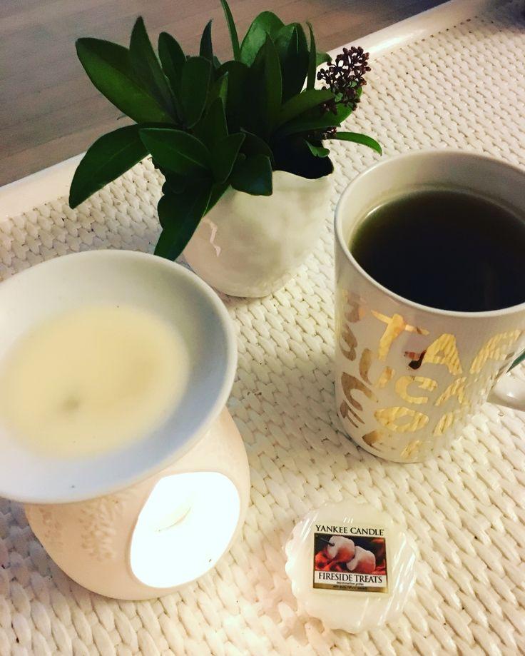 Weekendowy relaks. Herbata i piękny zapach Fireside Treats od Yankee Candle. Wystrój wnętrz, świeca, zapach.