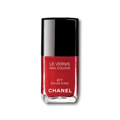 Φέτος τα Χριστούγεννα ο οίκος Chanel μας έφερε την πιο κλασσική συλλογή μακιγιάζ που φυσικά περιλαμβάνει το πιο κλασσικό κόκκινο βερνίκι. Το Le Vernis No677 23,50€, (notosgalleries, τηλ. 210 3245811) είναι απίστευτα λαμπερό και κλασσικό ιδανικό για τις γιορτές αλλά και κάθε μέρα του χρόνου.