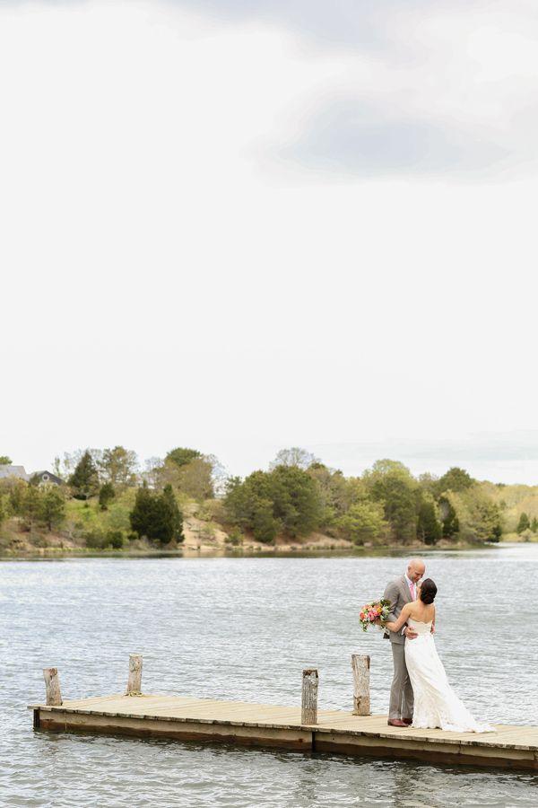 Een bruiloft met strandthema hoeft natuurlijk niet altijd letterlijk op het strand gehouden te worden. Zoals hier aan een meer is ook een aanrader.