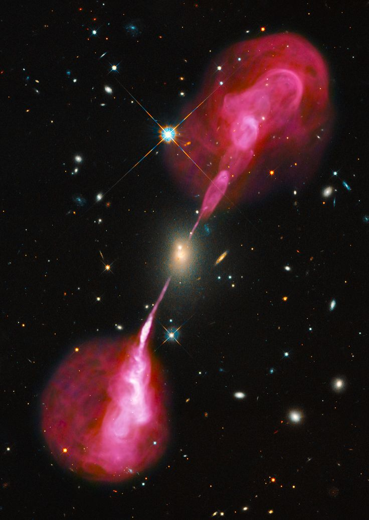 Galaxy Hercules A in the constellation Hercules emits plasma jets nearly one million lightyears long. / Image credit: NASA/ESA Hubble Space Telescope