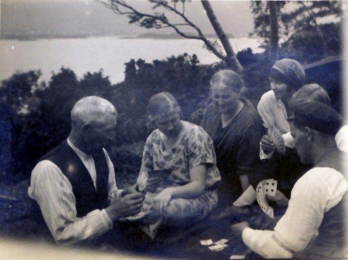 Picnic in 1920. My grandmother and her parents are playing card. Look at the view! Piknikkdag 1920. Min oldefar Ludvig spiller kort med sin familie.  #Genealogy, #slekt