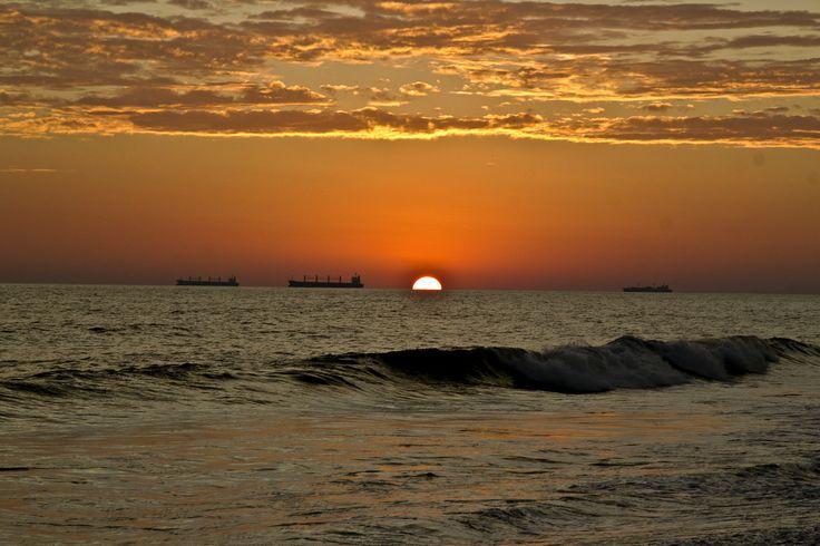 """https://flic.kr/p/dLFdw5   Primera caida de sol del 2013   Puerto de Iztapa es un municipio del departamento de Escuintla en Guatemala. Situado a orillas del Océano Pacífico y bañado por los ríos Michatoya o María Linda y el Canal de Chiquimulilla. Tiene alrededor de 15 mil habitantes. Sus pobladores se dedican mayoritariamente a la pesca artesanal, la agricultura, el cuidado de """"chalets"""" o servicio en éstos. Algunos trabajan en la Empresa Portuaria Quetzal. El medio de transporte ..."""