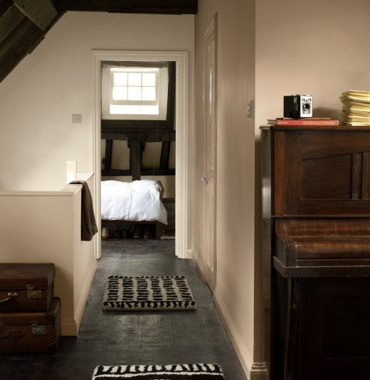 MITT AFRIKA Med inspirasjon fra den mørke afrikanske Rooibos-teen. De lyse, kremfargede veggene står i fin kontrast til det blanke, grå gulvet. Rommet får en sterk og eksotisk karakter av det fyldige brune taket og de tunge mørke møblene. Du kan nesten ane et jakttrofé fra de afrikanske savannene her…