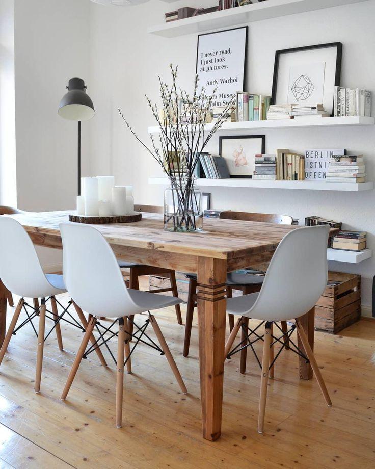 Ein schöner großer Holztisch, einzigartige Designstühle und einfache