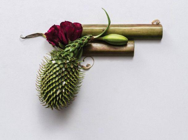 """De Australische ontwerper Sonia Rentsch maakte deze prachtige serie met de titel """"Harm Less"""" compleet van gedroogde planten. Onschadelijke wapens"""