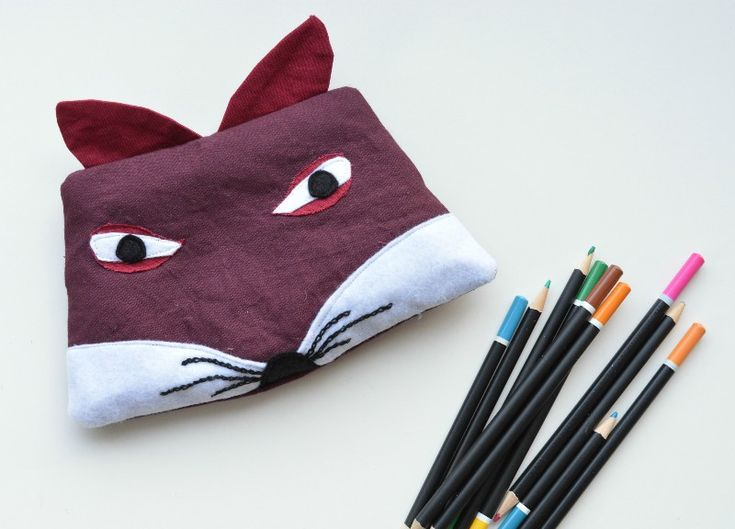 Make a stocking filler gift from your fabric scraps. Free pattern for a fox pencil case. Click trough to the blog for downloadable template