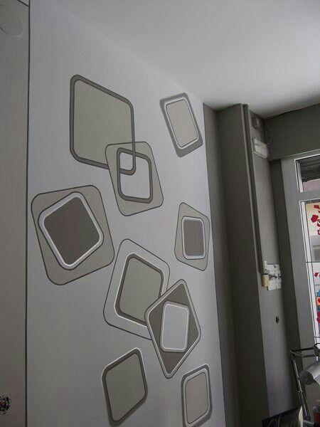 pared de cuadros colores grises y perfilados.