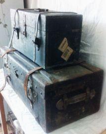 Ook dit kistje is weer heel erg oud.Echt een plaatje!Uit het franse leger.Van hout, in het zwart.Met 2 leren sluitriemen.Aan 1 zijde zitten nog de oude transport etiketten.Breedte is 45 cm.Diepte is 21 cm.Hoogte is 25 cm. ;