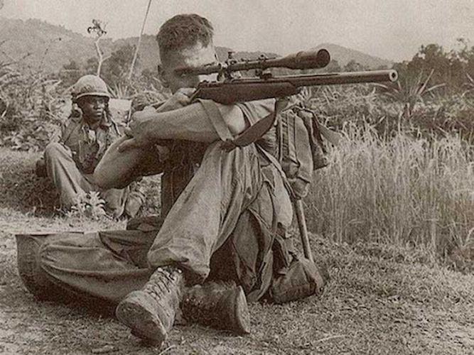 Viet Nam del sud, 1966. Un movimento rapido attira l'occhio di un giovane Marine, inquadrato nella Polizia Militare, di guardia per individuare eventuali n