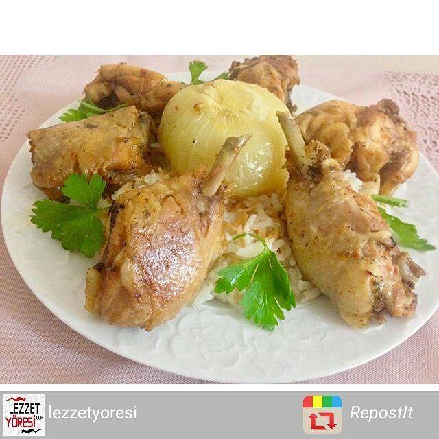 En güzel mutfak paylaşımları için kanalımıza abone olunuz. http://www.kadinika.com @lezzetyoresi Düdüklüde Tavuk tandır Malzemeler  1 adet bütün tavuk  Yarım çay bardağı sıvı yağ  1 çay kaşığı şeker  1 tatlı kaşığı tuz  1 tatlı kaşığı Pul biber  1 çay kaşığı karabiber  1 çay kaşığı kekik  Yarım limon suyu  1 adet büyük boy soğan Hazırlanışı Tencerede tavuk tandırı denedikten sonra bildiğiniz diğer tavuk tariflerini unutacaksınız. Hem çok kolay bir o kadar da lezzetli bir tarif. Düdüklü…